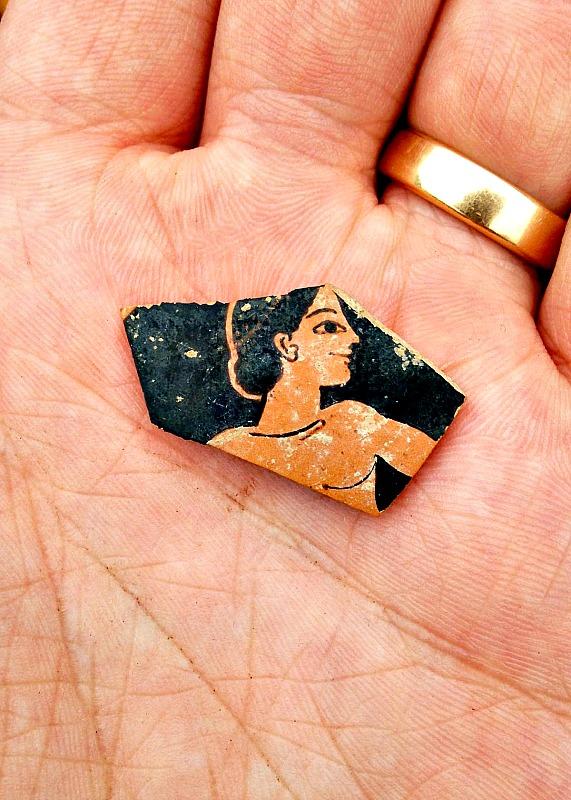 Uno de los restos de cerámica del siglo VI a. C. hallados en la colina Strongilovoúni de la región griega de Tesalia. (Fotografía: El País/SIA/EFAK/YPPOA)