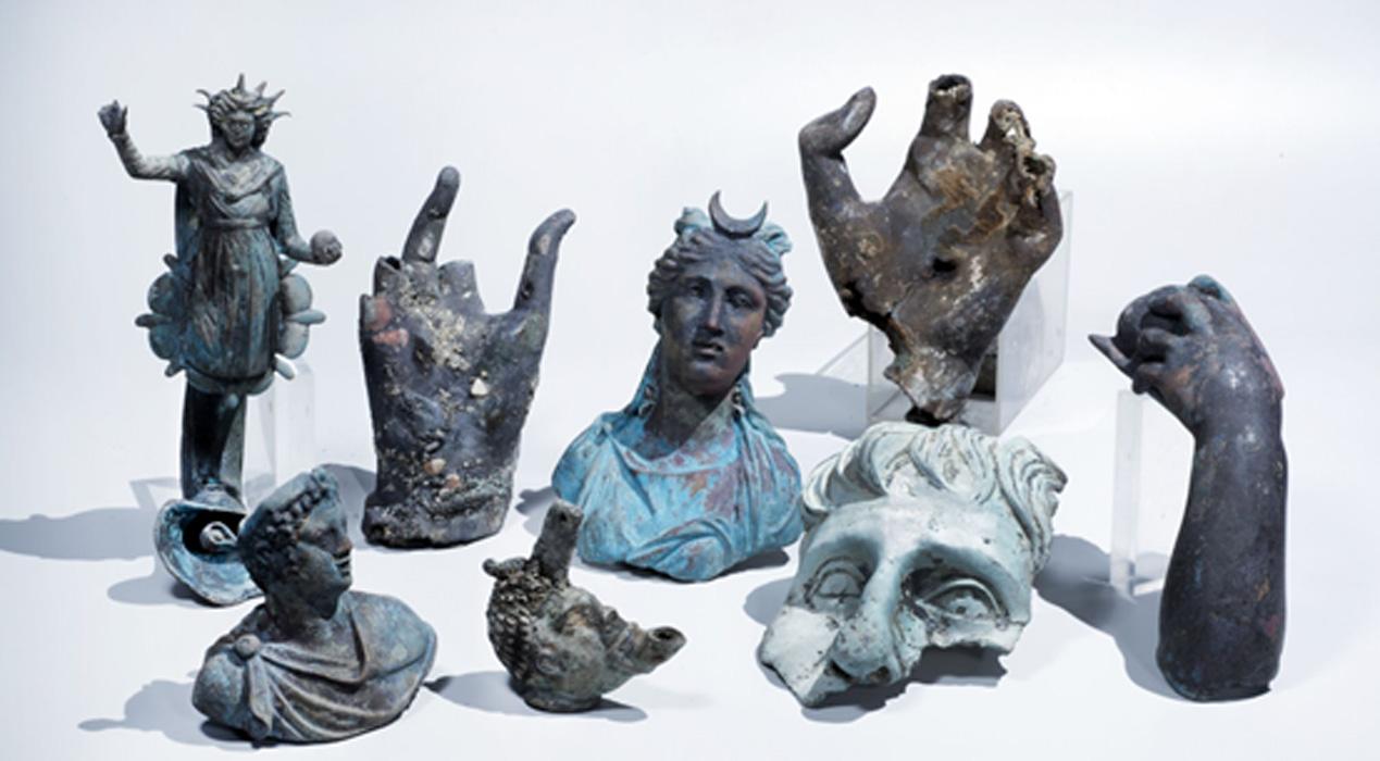 Algunos de los valiosas piezas de bronce descubiertas recientemente en Cesarea. Fotografía: Clara Amit, cortesía de la Autoridad de Antigüedades de Israel.