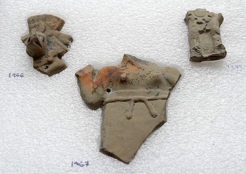 Piezas cerámicas localizadas en una de las ofrendas. (Fotografía: Héctor Montaño/ INAH)