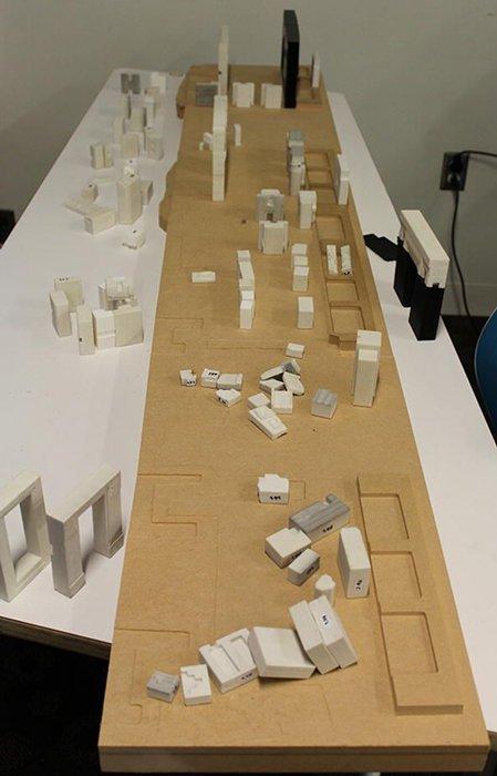 Piezas impresas en 3D sobre una tabla que representa la antigua base de losas de piedra arenisca. (© Alexei Vranich, Heritage Science/CC BY 4.0)