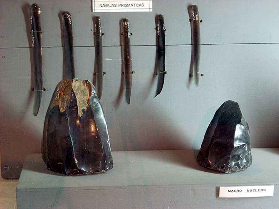 Objetos de obsidiana excavados en Takalik Abaj, Retalhuleu, Guatemala. Hojas prismáticas y núcleos de obsidiana. (Simon Burchell/CC BY SA 3.0)