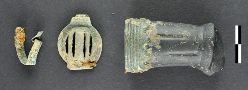 Piezas de uniformes militares halladas en el yacimiento. Se están registrando cientos de objetos que se añadirán a la historia del campo de batalla. (Imagen: Novetus)