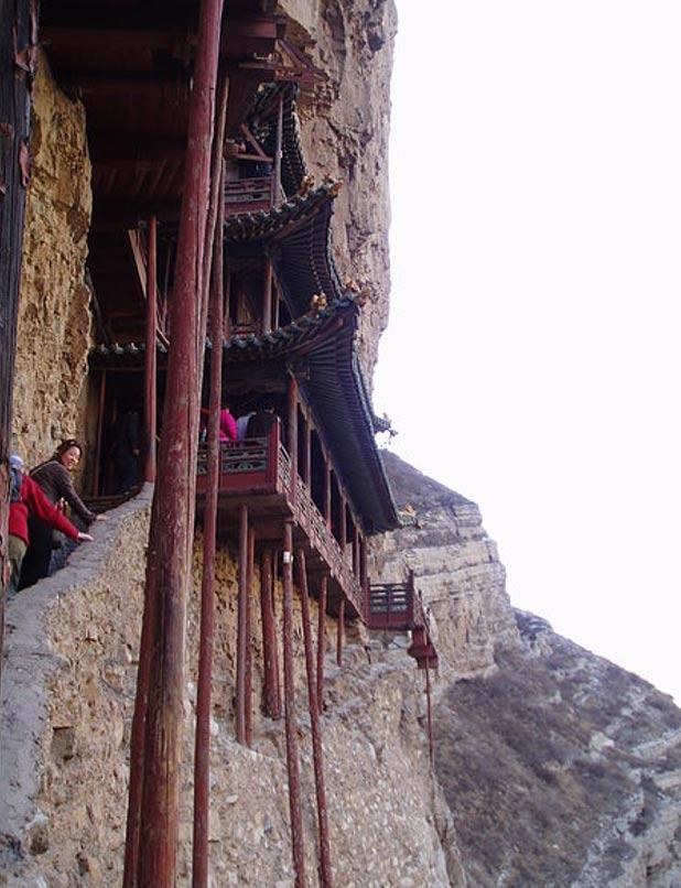 Los pilares de madera sobre los que se apoya el monasterio (Wikimedia Commons)