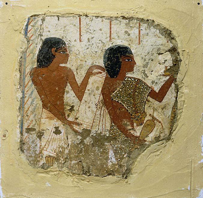 Pintura mural de una tumba del siglo XIV a. C. en la que podemos observar las figuras de dos sacerdotes, uno de ellos sosteniendo un rollo de papiro y el otro una jarra para libaciones (ofrendas líquidas). (Dominio público) El sacerdote de la derecha lleva puesto el fetiche Imiut.