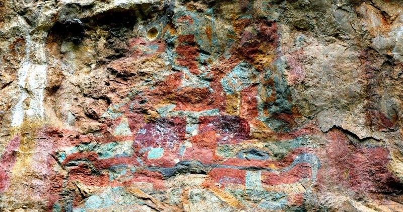 Probablemente la pintura más espectacular de Oxtotitlán: personaje antropomorfo sentado sobre un trono que representa al monstruo de la tierra y con un tocado en forma de ave. (Fotografía: Julio Bronimann/INAH)