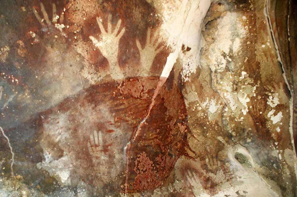 Arte prehistórico: huellas de manos en las paredes de la cueva de Petta-kere, en el sur de la isla de Célebes (Indonesia). (Sanjay P. K./CC BY NC ND 2.0)