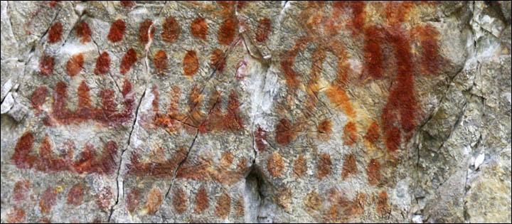'En cuanto a los numerosos trazos verticales que aparecen sobre una línea horizontal, es bastante posible que representen piraguas fabricadas vaciando troncos, con gente en su interior'. Fotografía: Sergei Alkin