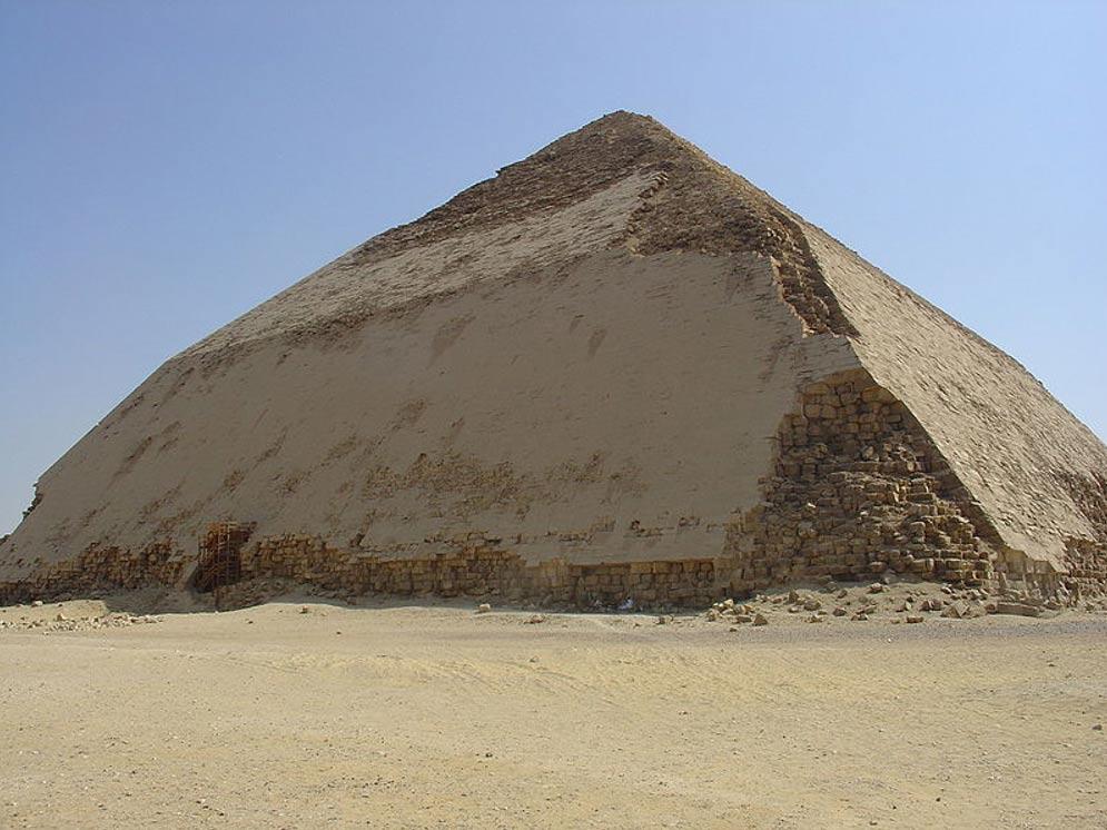 La Pirámide Acodada del faraón Snefru situada en Dahshur, Egipto. (Ivrienen/CC BY 3.0)