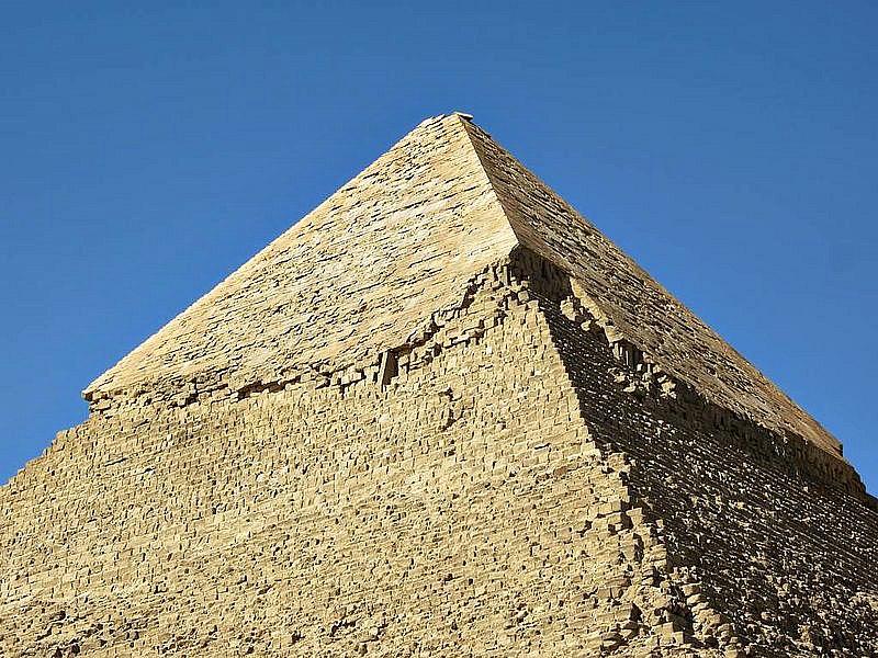 La parte superior de la Pirámide de Kefrén ubicada en Guiza (Egipto), aún se encuentra revestida de piedra caliza blanca. A lo largo de los siglos, este revestimiento fue extraído para obtener materiales de la construcción, pero en la antigüedad su piedra pulida resplandecía con su brillo en el desierto. (David Stanley/CC BY-SA 2.0)