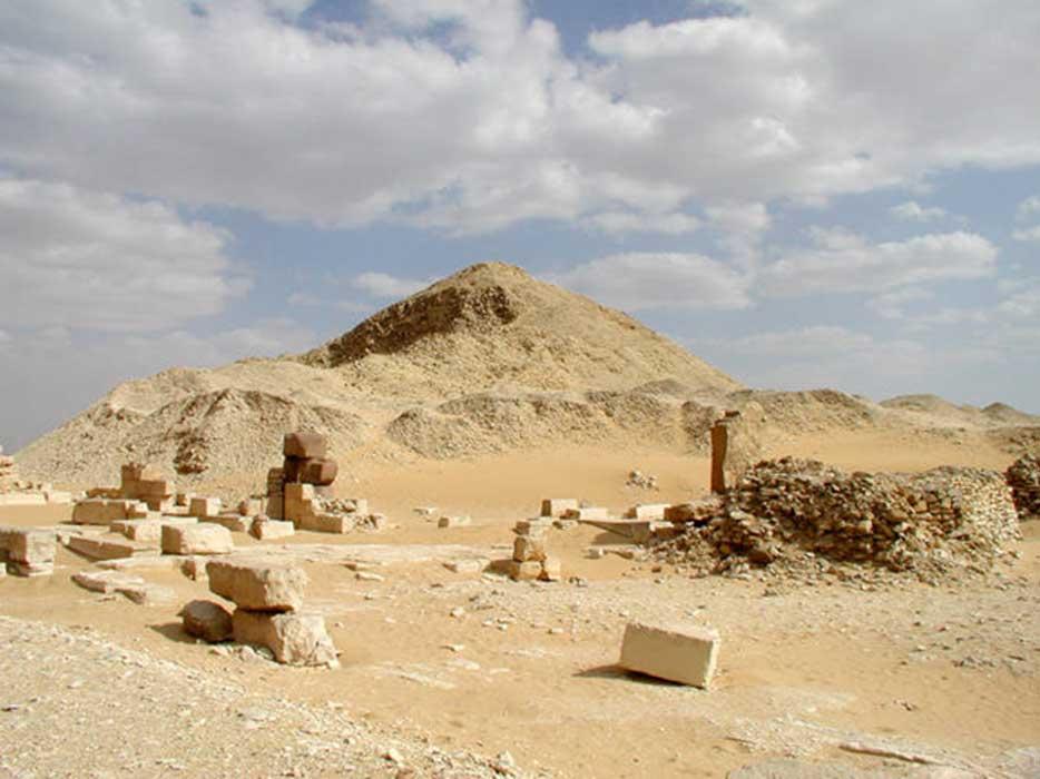 Pirámide de Pepi II junto con las pequeñas pirámides de las reinas Iput II, Neith y Udjebten. (Public Domain)