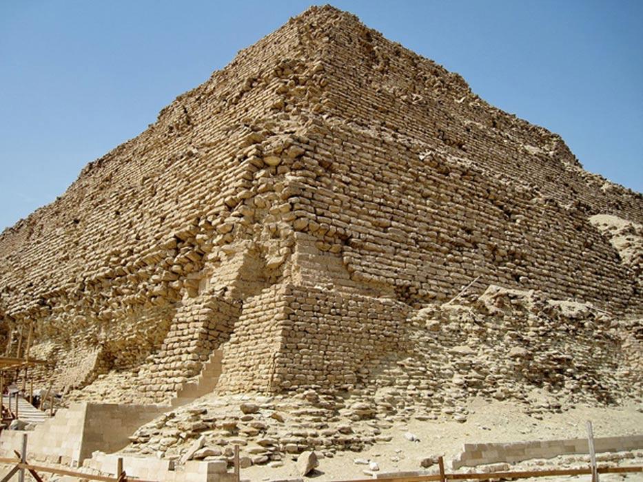 La pirámide de Zoser, Egipto, data del siglo XXVII a. C., y es más antigua y de mayor tamaño que la hallada recientemente en Kazajistán. (Wikimedia Commons/Olaf Tausch)