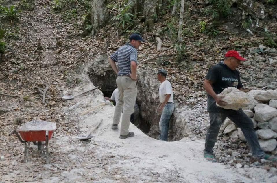 El equipo reabre un túnel para acceder a una de las pirámides principales de las ruinas de El Zotz, Guatemala. (USC Photo/Robert Perkins)