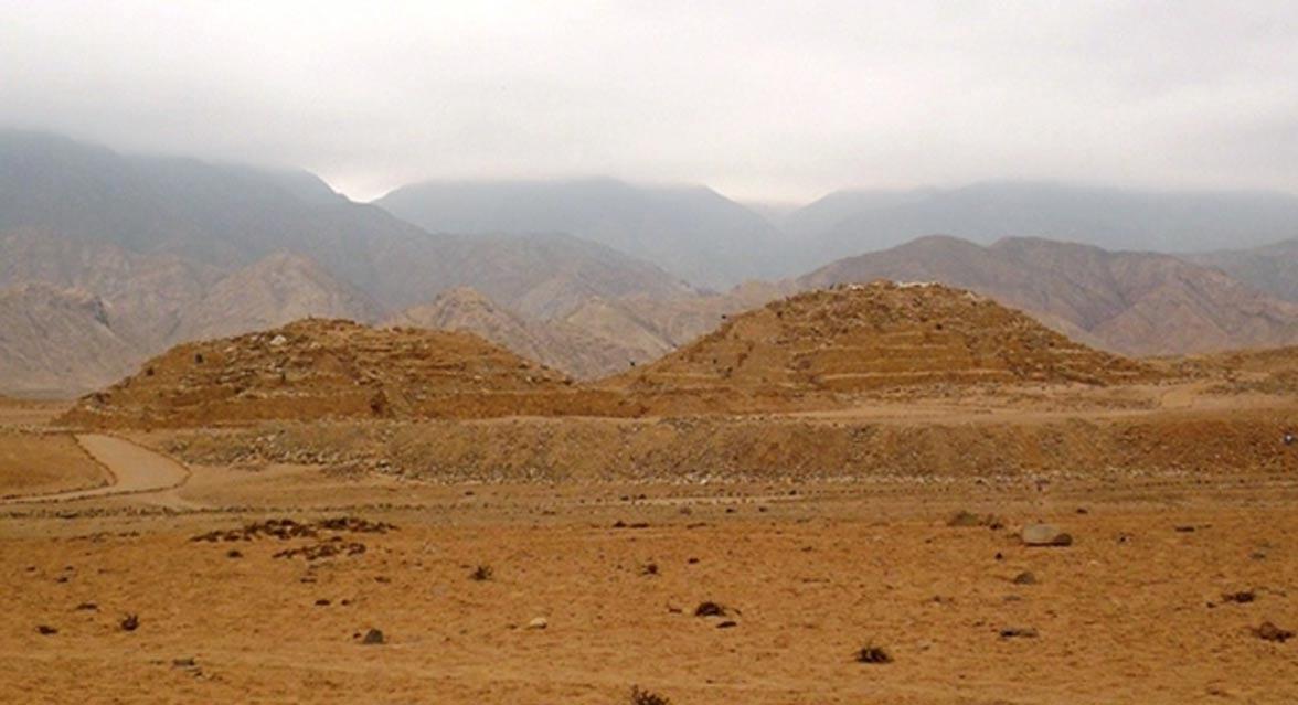 Dos de las pirámides de Caral (Perú). (CC BY 3.0)