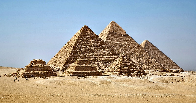 Las tres grandes pirámides: pirámide de Micerinos, pirámide de Kefrén y pirámide de Keops. En primer término están las denominadas pirámides de las reinas. (Ricardo Liberato/CC BY-SA 2.0)