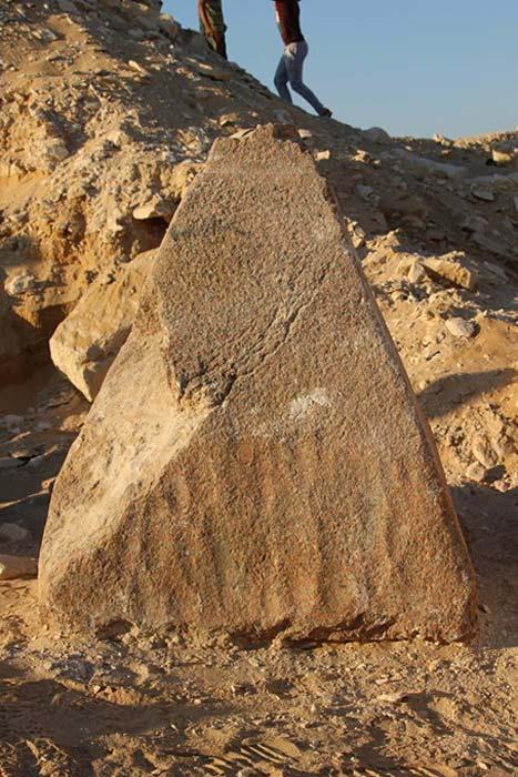 Piramidión de granito descubierto en el sur de la necrópolis de Saqqara, Egipto. (Ministerio de Antigüedades de Egipto)