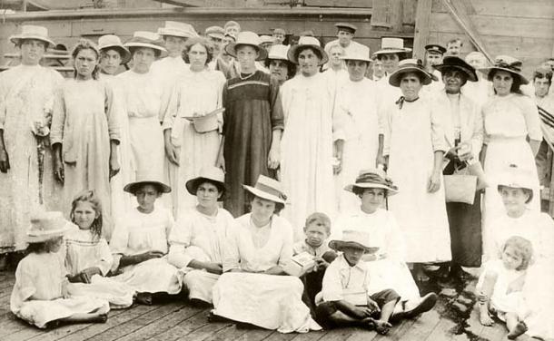 Grupo de mujeres y niños nativos de Pitcairn, 1916 (public domain)