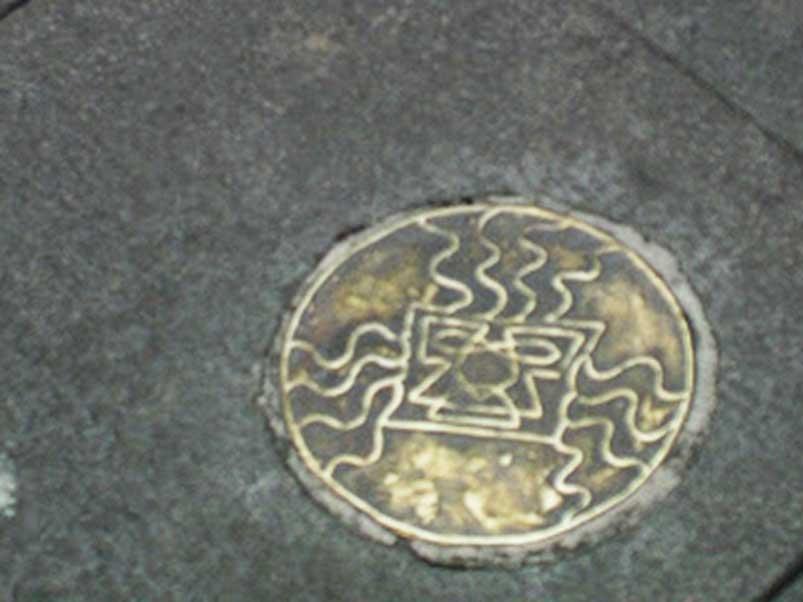 La placa de bronce robada de la Plaza Grande de Quito. (Kitu Underground)