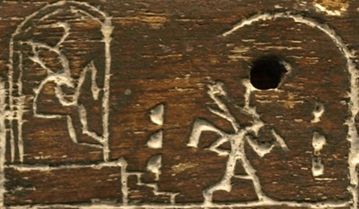 Placa de madera de ébano del faraón de la dinastía I Den, en la que aparece corriendo alrededor de los límites rituales como parte de la ceremonia del festival Heb Sed. (CC BY 2.5)