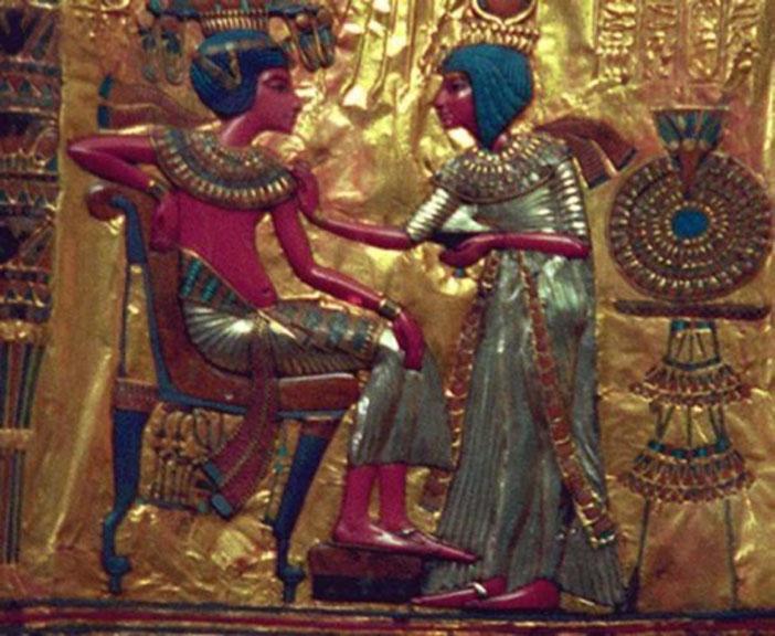 Detalle: placa de oro en la que aparecen el faraón Tutankamón y su consorte Anjesenamón. (CC BY SA 3.0)