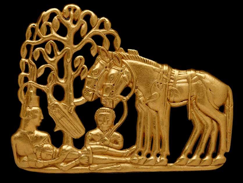Placa de oro de un cinturón escita con dos figuras masculinas, una femenina, dos caballos y una aljaba colgada de un árbol. Siberia, siglos IV a. C. – III a. C. (Museo Estatal del Hermitage, San Petersburgo, 2017 /V. Terebenin)