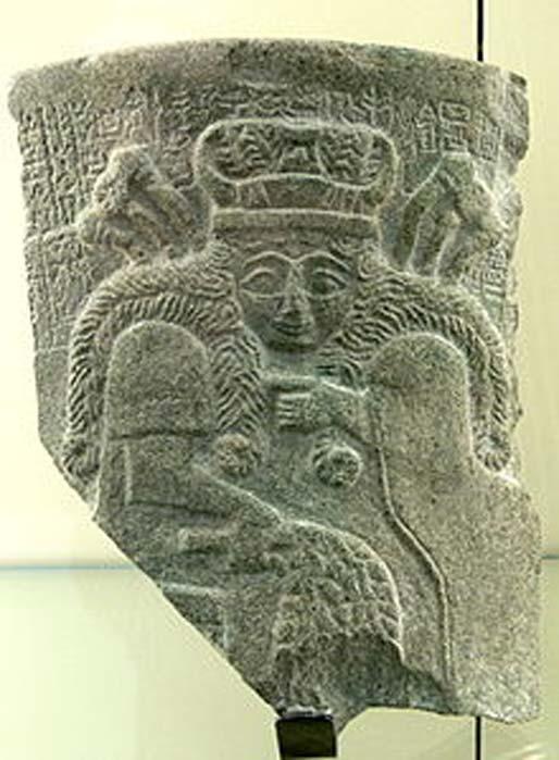 Fragmento de una placa de piedra del templo de Inanna en Nippur con la figura de una diosa sumeria, posiblemente Inanna (c. 2500 a. C.) (CC BY-SA 3.0)