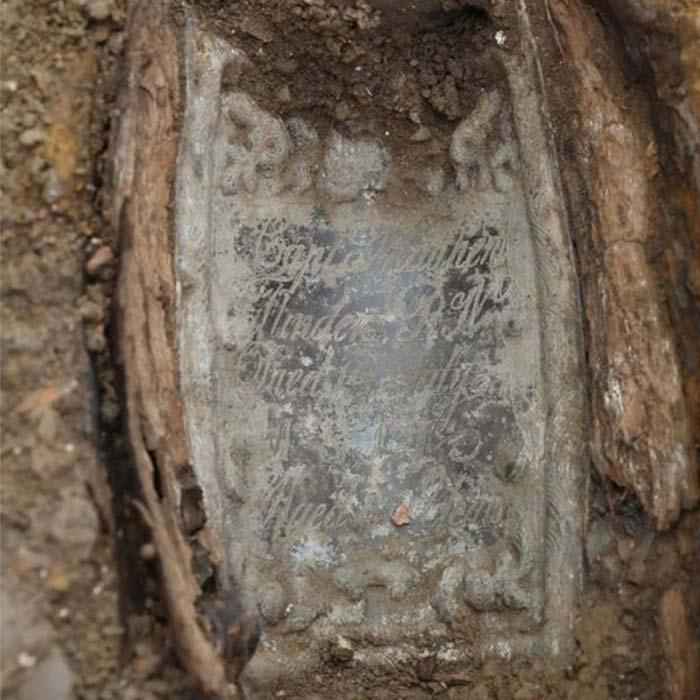 Los arqueólogos pudieron identificar los restos del explorador gracias a una placa de plomo colocada sobre su ataúd. (HS2)