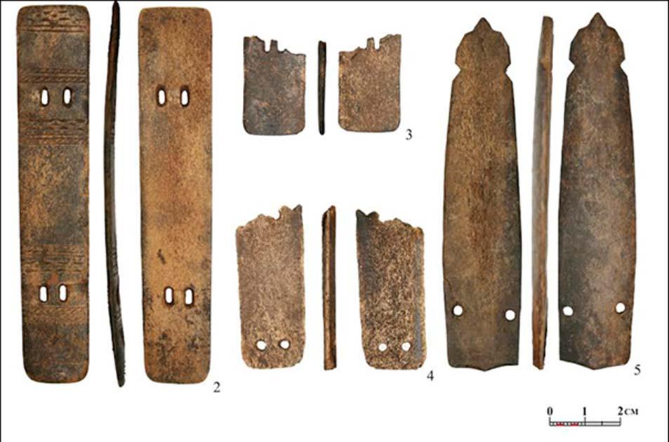 'Escribo aún bajo la impresión de haber visto estas piezas justo ahora. Se trata literalmente de un descubrimiento de escala mundial'. Fotografía: Placas diversas de asta de reno, parte de una armadura de hace aproximadamente 2.000 años hallada recientemente en Siberia. (Andrey Gusev).