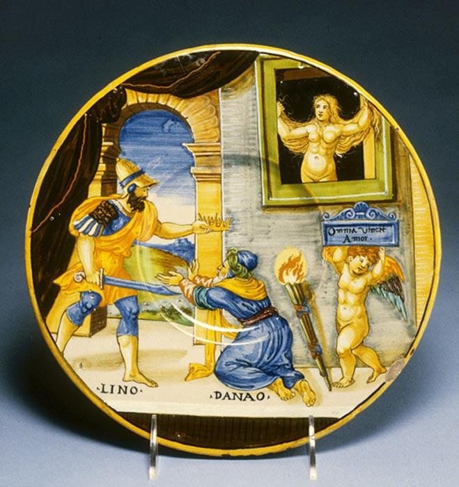 "Plato del siglo XVI decorado con una pintura mitológica del ceramista italiano Francesco Xanto Avelli: ""Hipermnestra observa cómo Linceo arrebata la corona a su padre Dánao."" (1537) (Public Domain)"