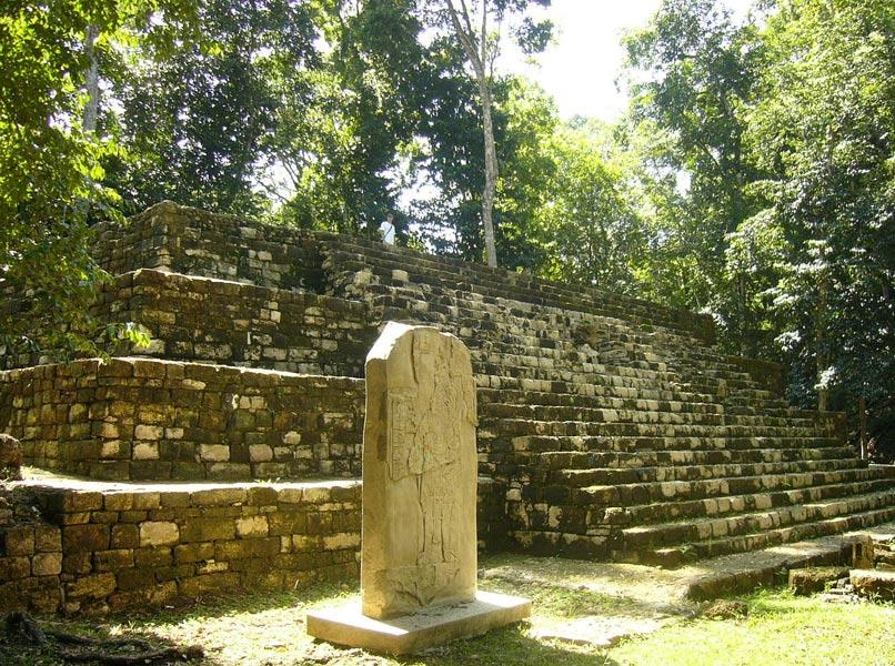 Pirámide escalonada y estela con bajorrelieve en la Plaza de Aguateca (Foto: Sébastian Homberger/Wikimedia Commons)