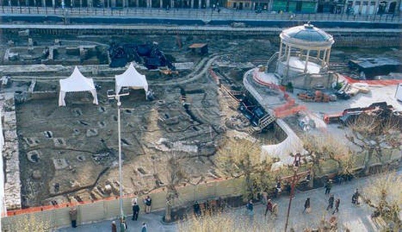 Excavaciones en la Plaza del Castillo de Pamplona, donde se recuperaron los restos óseos que obligan a reescribir los orígenes de Al-Andalus. (Fotografía: Diario de Navarra)