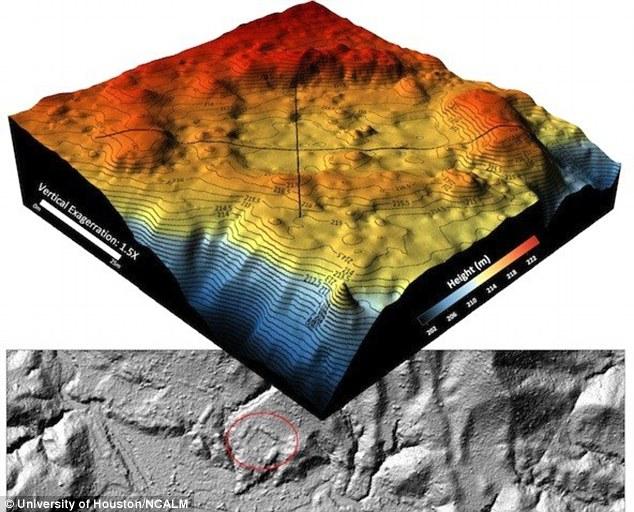 Arriba, mapa topográfico digital en tres dimensiones. En la imagen inferior se puede observar una plaza artificial, enmarcada por una línea roja. Imagen: Universidad de Houston y National Center for Airborne Laser Mapping
