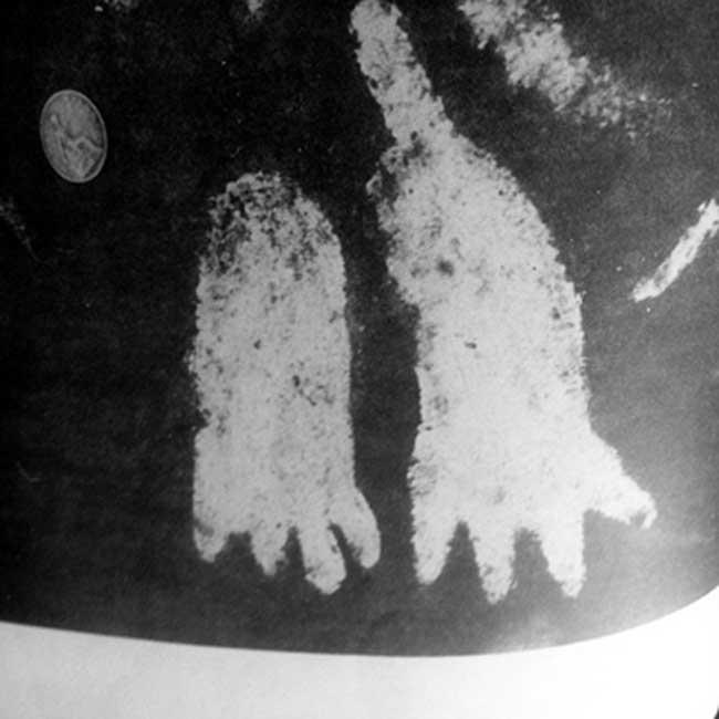 Podomorfos de cuatro dedos grabados sobre la superficie de la Piedra de Cochno. (Imagen original)