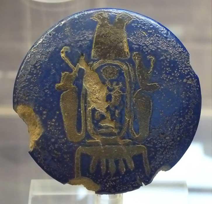 El pomo de fayenza en el que figura el nombre del trono de Kheper-Kheperu-Ra, o faraón Ay, posible abuelo de Nefertari. Este pomo fue descubierto en la elaborada tumba de la reina, una tumba que ya fue saqueada en la antigüedad. (PLOS One photo)