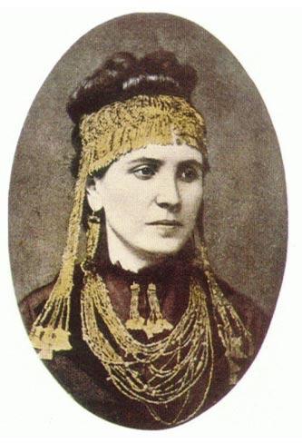 Retrato de Sophia Schliemann portando algunos de los Tesoros de Príamo (Wikimedia Commons).