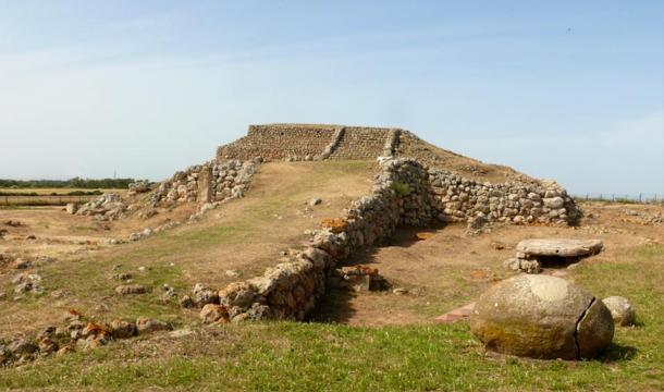 Templo prehistórico del Monte d'Accoddi en Sassari (Cerdeña) Se cree que es una de las construcciones más antiguas del mundo (Wikimedia Commons)