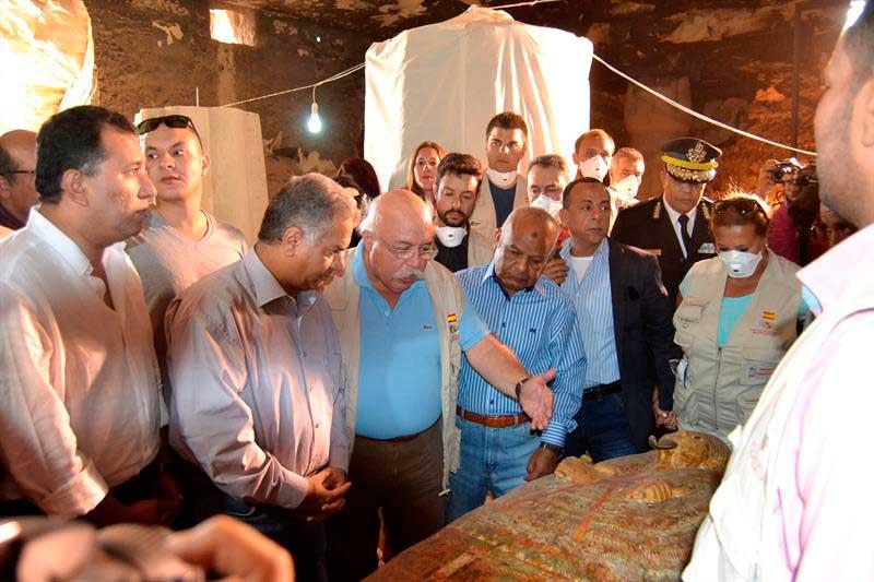Momento en que los expertos españoles presentan a las autoridades egipcias su descubrimiento. (Fotografía EFE/INFO7)