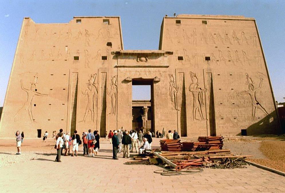 El primer pilono del Templo de Edfú fue decorado por Ptolomeo XII en el año 57 a. C. con su propia efigie. En los relieves aparece masacrando a sus enemigos. (Public Domain)