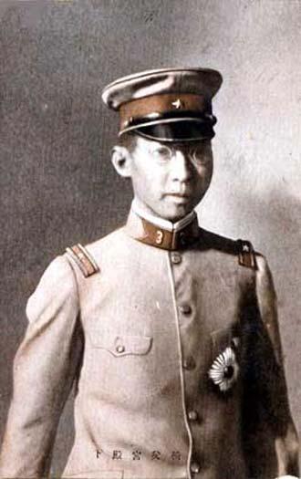 Un joven príncipe Chichibu con uniforme de subteniente (Public Domain)