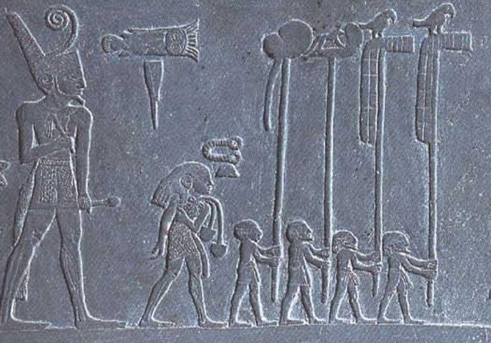 Narmer en procesión con portaestandartes y halcones, detalle de la Paleta de Narmer. (CC BY-SA 3.0)