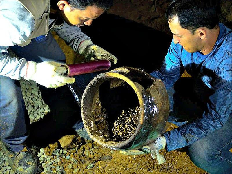 Los científicos protegiendo las urnas funerarias recuperadas. Según sus primeras conclusiones se trataría de un conjunto de enterramientos prehispánicos. (Fotografía: El Tiempo/Raúl Arboleda/AFP)