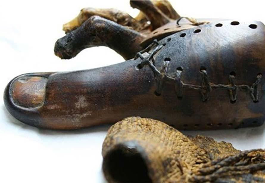 Prótesis egipcia del dedo gordo del pie derecho hallada en la momia de una mujer aristócrata de hace 3.000 años. (Discovery)