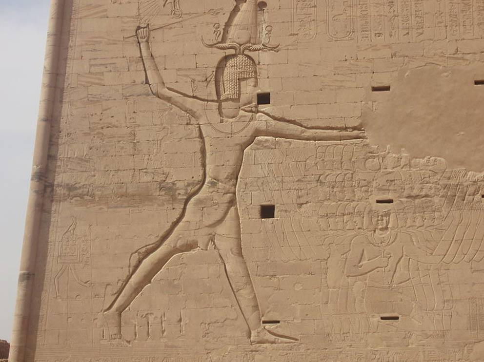 Ptolomeo XII masacrando a sus enemigos con una maza real. Relieve del primer pilono del templo de Edfú. (Public Domain)