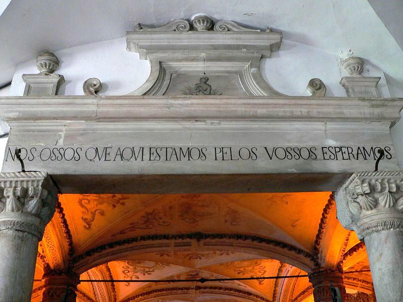 """Entrada a la capilla, con el lema """"Nosotros, los huesos que aquí estamos, por los vuestros esperamos"""". (Nuno Sequeira André/CC BY-SA 2.0)"""