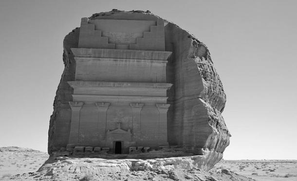 A diferencia de otras estructuras de Madain Salih, Qasr al-Farid tiene cuatro pilares en lugar de dos (Wikimedia Commons)