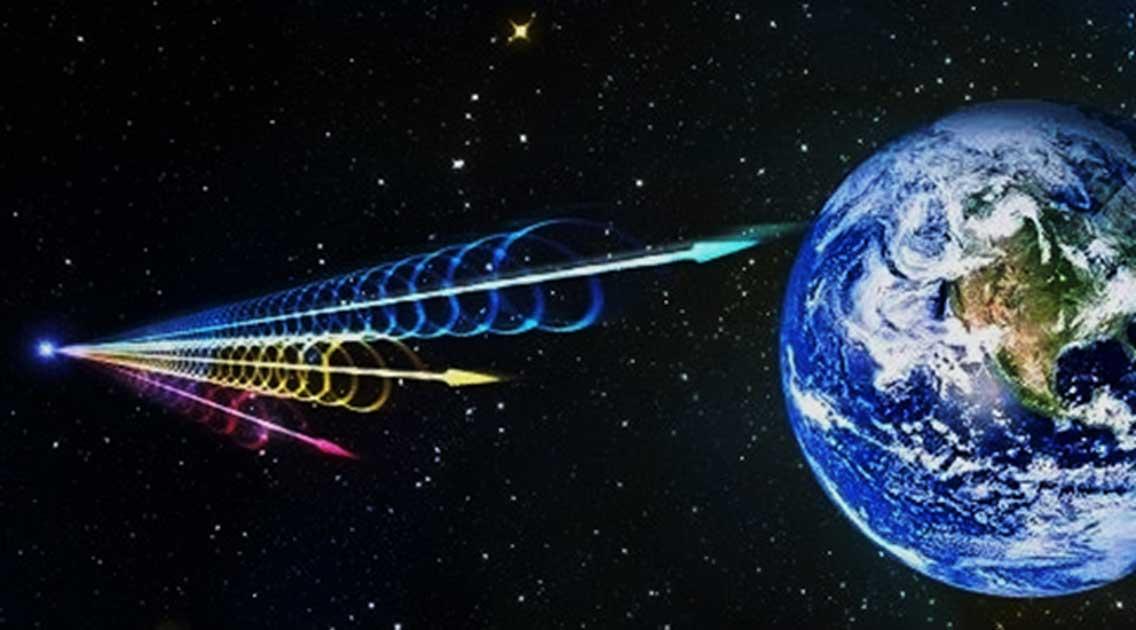 Recreación artística de una ráfaga rápida de radio llegando a la tierra. Jingchuan Yu, Planetario de Beijing. (Youtube)