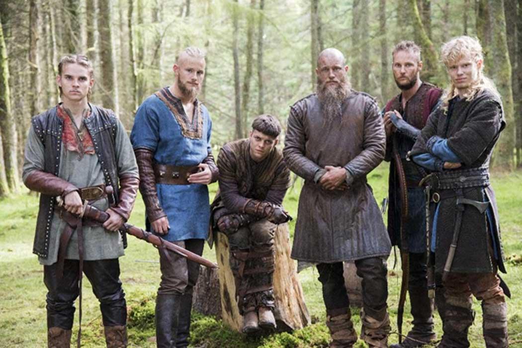 Ragnar Lothbrok y sus hijos Hvitserk, Bjorn, Ivar, Ubbe y Sigurd, tal y como aparecen representados en la serie de televisión 'Vikingos'. (CC BY SA)