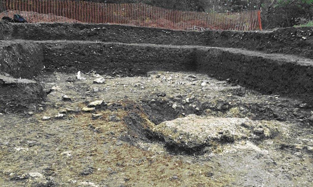 Las raíces de un árbol caído sirvieron de paredes para esta vivienda prehistórica. Fotografía: Universidad de Buckingham/PA