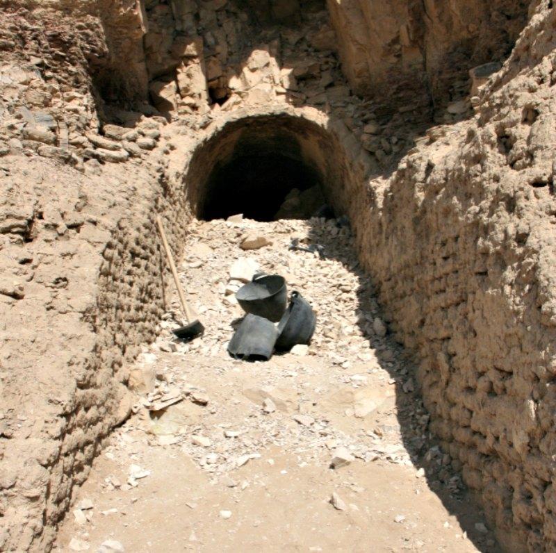 La rampa descubierta en el complejo funerario del visir Ipi, trazada desde los pies de la colina hasta la puerta de la tumba. (Fotografía: El Mundo/ FRANCISCO CARRIÓN)