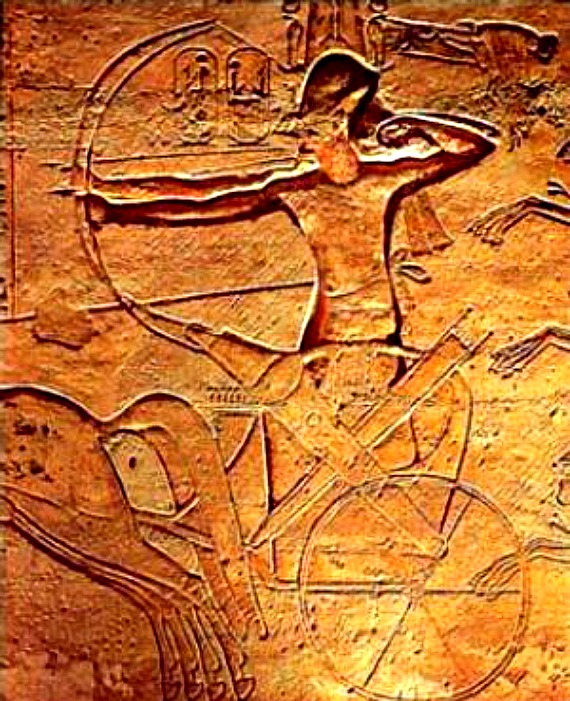 Relieve de Abu Simbel donde se ve a Ramsés II utilizando su arco durante la batalla de Qadesh. (Public Domain)