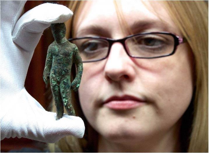Rebecca Griffiths miembro del York Museums Trust, con la estatuilla de aleación de cobre que representa al dios Mercurio.